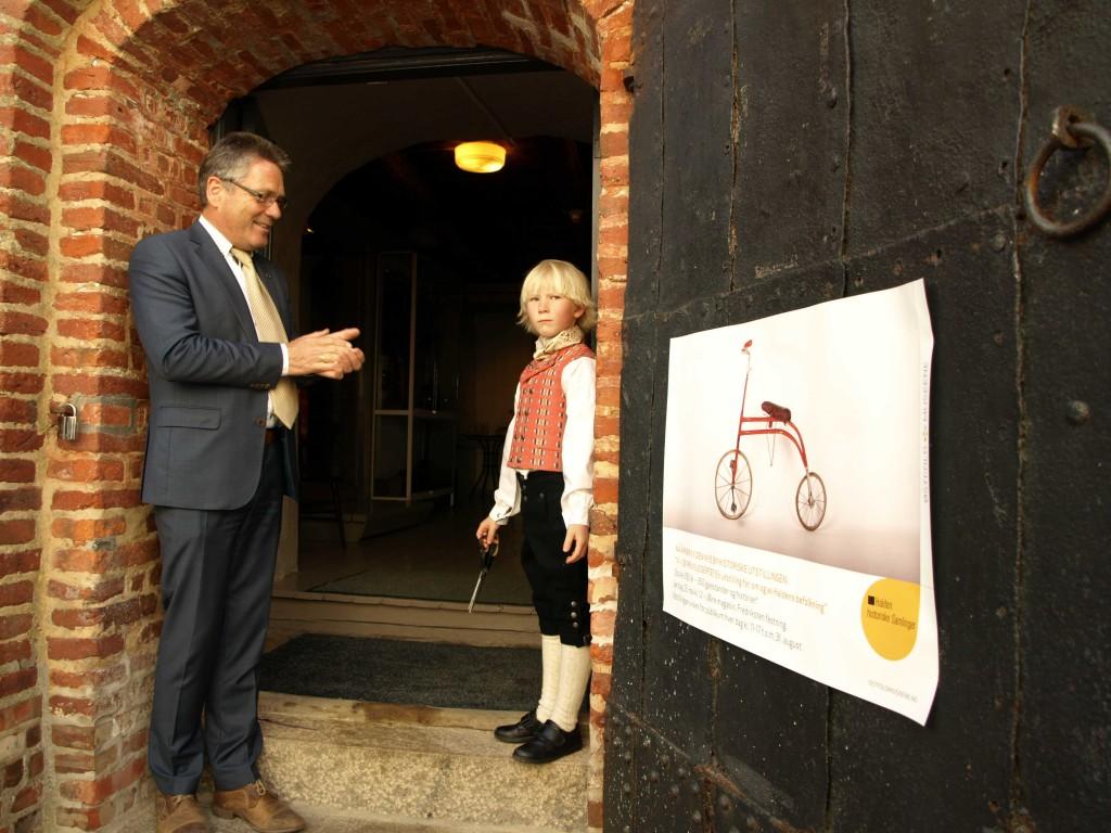 Ordfører Thor Edquist gav Halvard assistane og utstillingen ble åpnet. Foto: BOdil Andersson