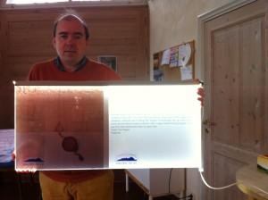 Første versjon av teknikken for å formidle privilgiebrevet er kommet. Arkivar James Ronald Archer viser frem forslaget. Foto: Bodil Andersson