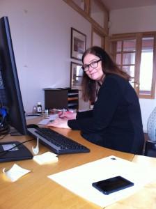 Kristin Søhoel driver med å stilel sammen tekster til byutstillingen.