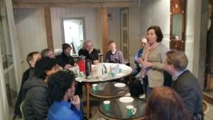 Prosjektleder Lillian Nyborg takker håndverkerne.