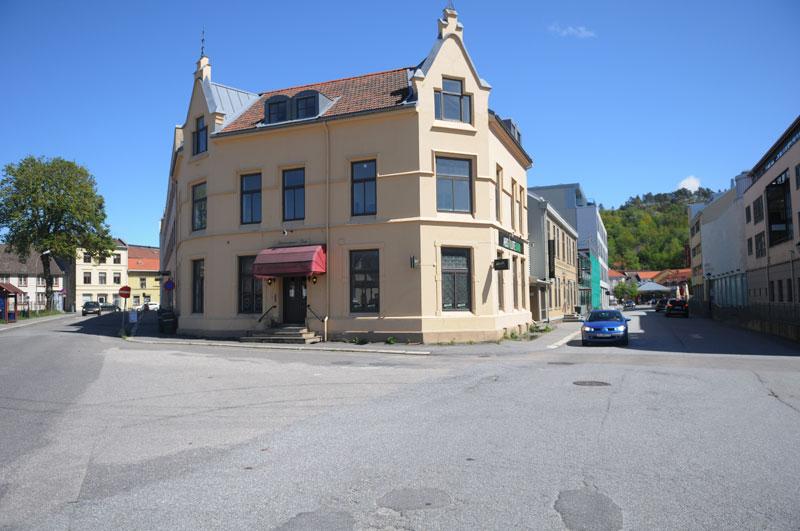 På en tange ut fra Blokkhusgata, omtrent her i krysset Jernbanegata-Fjøsgata, lå Blokkhuset Budde. Foto: Svein Norheim.