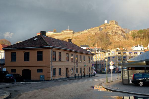 Blokkhuset Anthony blir beskrevet liggende på byens torg. Strandlinja gikk lenger inn enn i dag - bak Tollboden. Foto: Svein Norheim / Halden historiske Samlinger