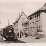 Jernbanestasjonen sett fra vest – med damplokomotiv. Foto: Ukjent. Halden historiske Samlinger.
