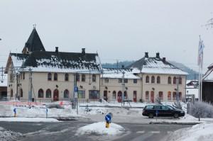 Halden stasjon sett fra nord. Til venstre den «svenske stasjonen» for «Fredrikshald – Sunnanå – banen» og til høyre (vest) den «norske stasjonen. Foto: Svein Norheim.