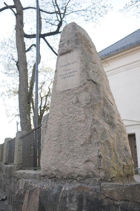 Minnesten reist av Foreningen Haldens Minder i 1899 over Kirkebatteriene. Foto: Svein Norheim