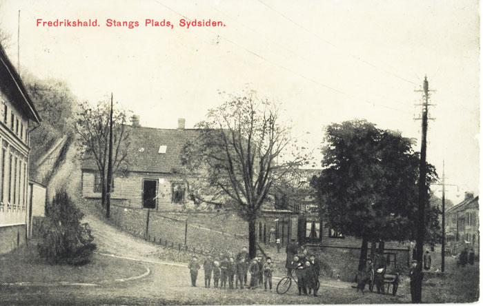 Prospektkort. Johan Stangs plass. Gamle Knardalbakken til venstre og Skippergata til høyre. Halden historiske Samlinger.