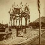 Æresportalen over jernbanen ved åpningsseremonien 18. juli 1879