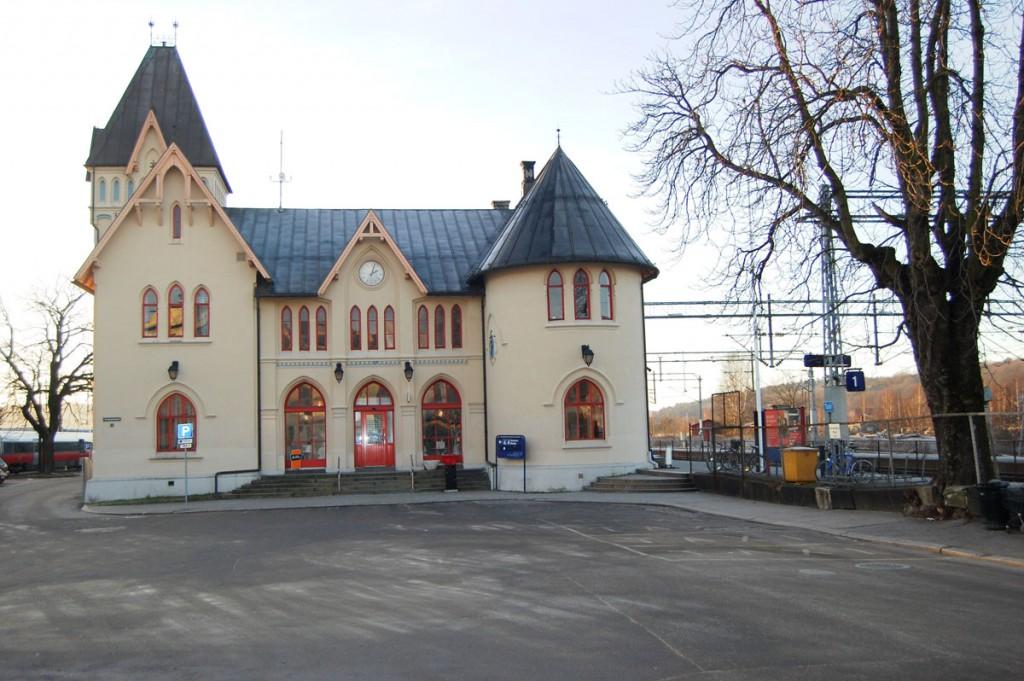 Halden stasjonsbygning sett fra øst – hovedfasaden. Foto: Svein Norheim.