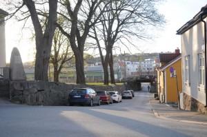 Øvre Kirkebatteri sett fra jernbaneundergangen i Elvestredet – Høljen