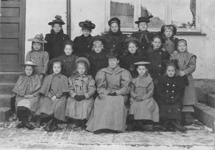 Forskolen i Fayegården- Læreren var Augusta Lund. Halden historiske Samlinger.
