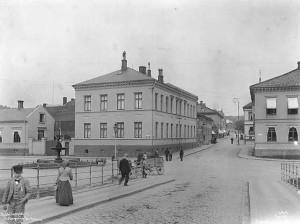 Halden rådhus fotografert i 1902 av Wilse. Dette er tatt før ombygging til rådhus. Vi ser bakgårdsbygning i mur og en port inn til gårdsplassen. Mot Storgata er det ennå ikke kommet noe inngangsparti.