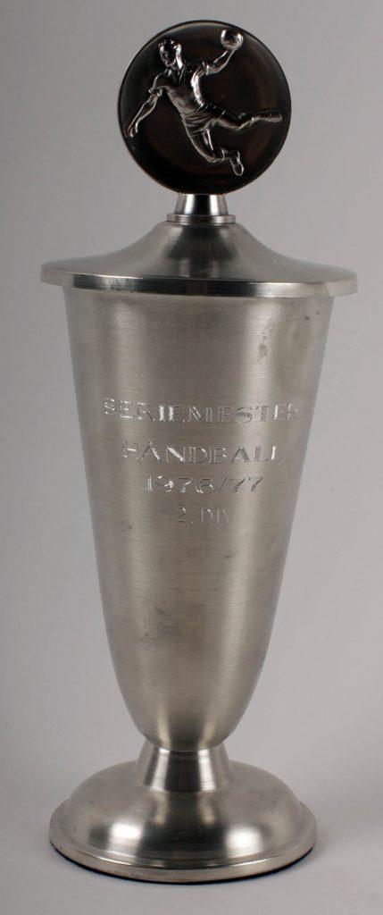 Pokal som seriemester i 2. divisjon håndball 1976-1977.